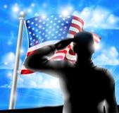 Soldado Saluting American Flag de la silueta Imagenes de archivo