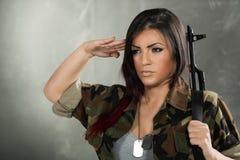 Soldado Saluting de la mujer Fotografía de archivo