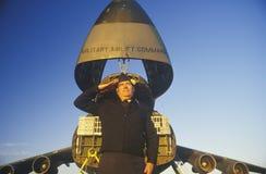 Soldado Saluting delante de los aviones, Dover Airforce Base, Dover, Delaware Imágenes de archivo libres de regalías
