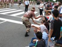 Soldado Shaking Hands da tempestade no deserto imagem de stock royalty free