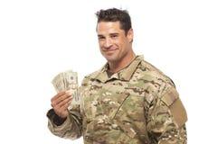 Soldado sonriente que sostiene el dinero fotos de archivo libres de regalías