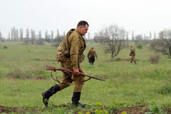 Soldado soviético de WW2 que entra en el campo Imagen de archivo