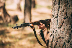 Soldado soviético Of World War da infantaria do russo II escondido com Rifl imagem de stock
