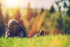 Soldado Spotting Enemy Imagem de Stock