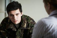 Soldado Suffering With Stress que fala ao conselheiro imagem de stock royalty free