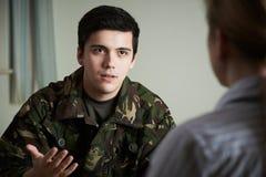 Soldado Suffering With Stress que fala ao conselheiro imagens de stock