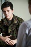 Soldado Suffering With Stress que fala ao conselheiro imagem de stock