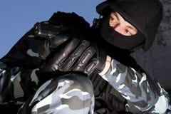 Soldado tareting con una pistola Fotografía de archivo libre de regalías