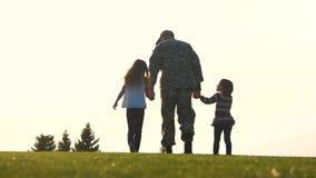 Soldado trasero de la visión en paseo uniforme con las hijas almacen de metraje de vídeo