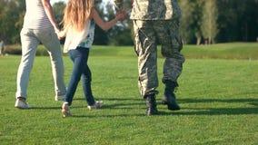 Soldado trasero de la visión que camina con su familia almacen de video