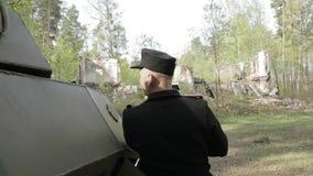 Soldado In World War da infantaria de Wehrmacht do alemão Ii escondido perto de escuteiro blindado Car During Explosion da granad video estoque