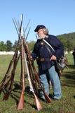 Soldado y armas de la guerra civil de la unión imagenes de archivo