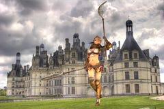 Soldado y castillo medievales Fotos de archivo libres de regalías