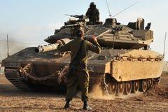 Soldado y el tanque del ejército Imagenes de archivo