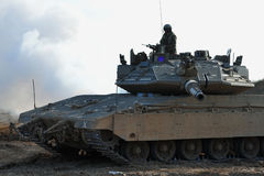 Soldado y el tanque del ejército Foto de archivo