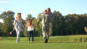 Soldado y su familia que van hacia el lago almacen de video