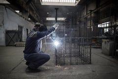 Soldador com as barras do reforço da soldadura da máscara protetora Imagens de Stock Royalty Free