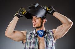 Soldador con la máscara contra Imágenes de archivo libres de regalías