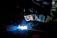 Soldador de acero industrial en fábrica Foto de archivo libre de regalías