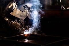 Soldador de acero industrial en fábrica Fotografía de archivo libre de regalías