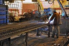 Soldador de trabajo experto de la fábrica Imagen de archivo libre de regalías