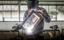 Soldador de trabalho na ação com faíscas brilhantes Imagens de Stock Royalty Free