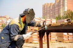 Soldador del trabajador industrial durante proceso de trabajo Fotografía de archivo