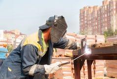 Soldador do trabalhador industrial durante o processo de trabalho Fotografia de Stock Royalty Free