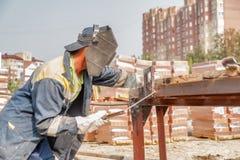 Soldador do trabalhador industrial durante o processo de trabalho Imagens de Stock Royalty Free