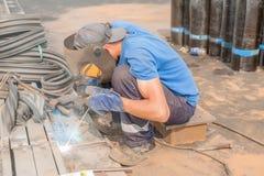 Soldador do trabalhador industrial durante o processo de trabalho Fotos de Stock Royalty Free