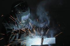 Soldador en la producción de metal de soldadura Las chispas vuelan, humo fotos de archivo