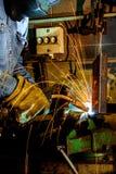Soldador en las estructuras del metal de soldadura del trabajo foto de archivo libre de regalías