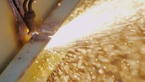 Soldador Makes do gás uma régua na prancha do metal filme