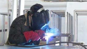 Soldador no trabalho na fábrica de processamento do metal Movimento lento vídeos de arquivo