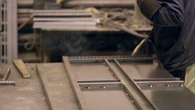Soldador no trabalho na fábrica do metall Peças de metal da soldadura do soldador video estoque
