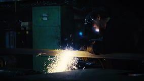 Soldador no trabalho na indústria de metal vídeos de arquivo