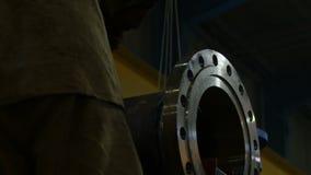 Soldador Prepares a trabalhar no close up grande da tubulação do metal video estoque