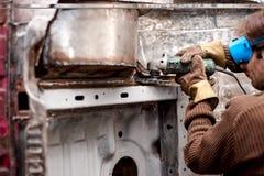 Soldador profissional na fábrica do autovehicle que trabalha no corpo fotografia de stock royalty free