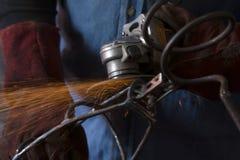 Soldador que guarda uma ferramenta da soldadura Fotografia de Stock Royalty Free