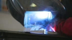 Soldador que trabaja en fábrica de proceso del metal metrajes