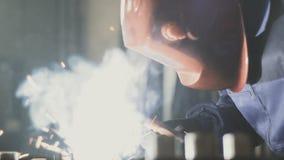 Soldador que trabaja en la fabricación almacen de metraje de vídeo