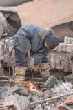 Soldador que usa a tocha de corte para cortar um trilho Foto de Stock
