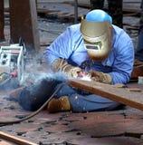 Soldador Using el proceso de arco blindado del metal Foto de archivo