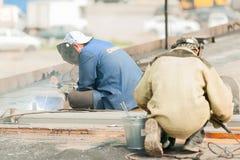 Soldadores do trabalhador industrial durante o processo de trabalho Imagem de Stock