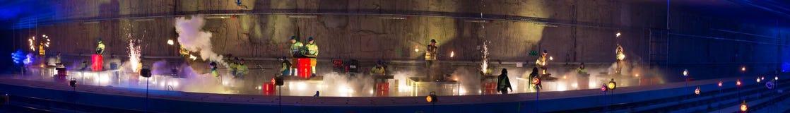 Soldadores na ação com as faíscas brilhantes durante a mostra da abertura de Imagem de Stock Royalty Free