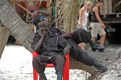Soldados africanos que descansan sobre la playa Foto de archivo