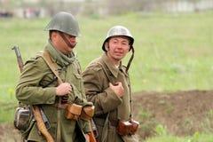 Soldados alemanes de WW2 que entra en el campo Fotos de archivo libres de regalías