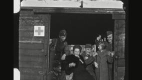 Soldados alemanes que bromean con la familia