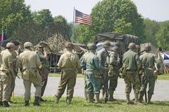 Soldados americanos con el vuelo del indicador americano Imagen de archivo