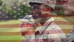 Soldados americanos que se colocan en la atención metrajes
